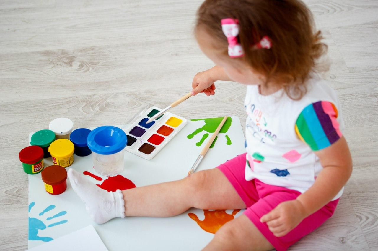 Красками когда с знакомить малыша