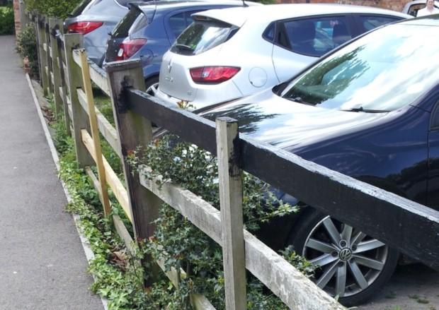 Родителей предупреждают об антивандальной краске на заборе между парковкой мельтонского паба и дорогой в парк
