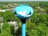 Победитель конкурса на самое красочное оформление водонапорной башни взмывает в небо вместе с птицами, нарисованными на нем